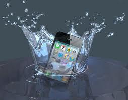 هذه هي الحلول الفورية والسريعة  اذا سقط هاتفك في الماء !!!