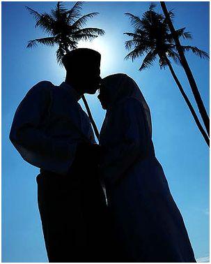 pasangan suami isteri kahwin cium dahi
