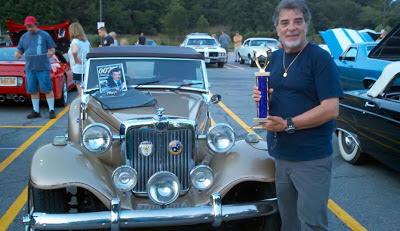 John Vaccaro recebe o primeiro prêmio de um encontro de carros antigos realizado em Nova Iorque, em 2012.