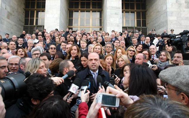 "Souvenir photo of a ""silent protest"" in favour of Silvio Berlusconi, with Angelino Alfano, Renata Polverini, Alessandra Mussolini, Michela Vittoria Brambilla, Carlo Giovanardi, Daniela Santanchè, Mariastella Gelmini, Daniele Capezzone"