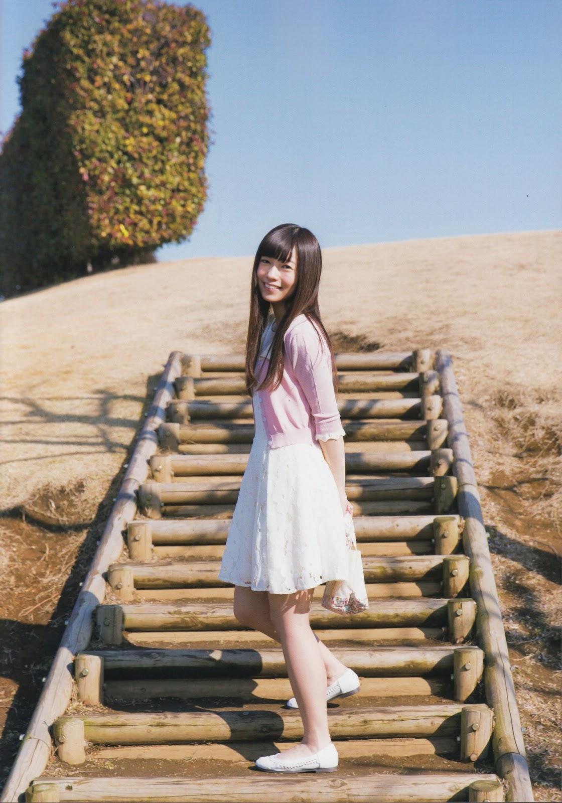 太陽の下で可愛いポーズを決める斉藤優里の画像♪