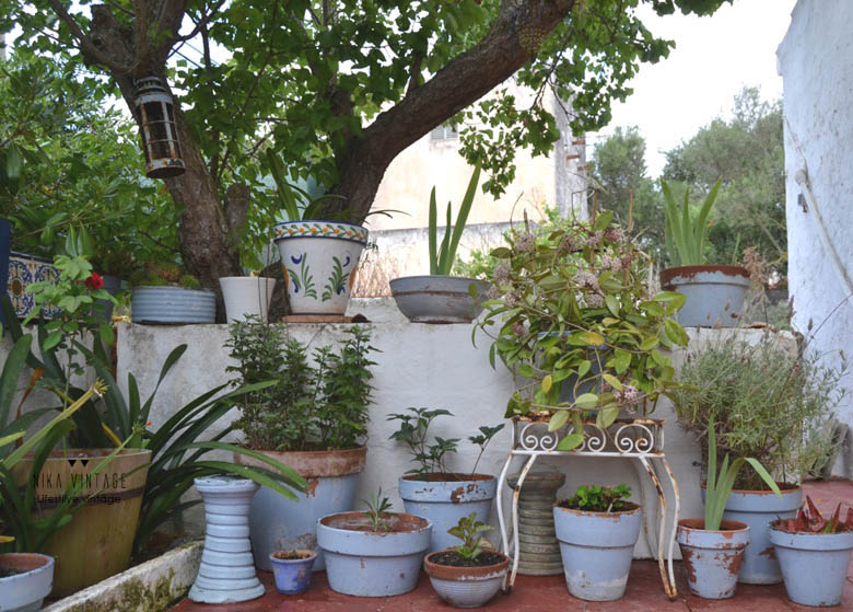 decoracion exteriores, jardin, terraza, patio, antes y despues, ambientacion, mesa y sillas, hierro blanco, ambiente romantico, mobiliario victoriano
