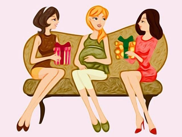 Donna Incinta seduta sul divano con Amiche che consegnano regalo