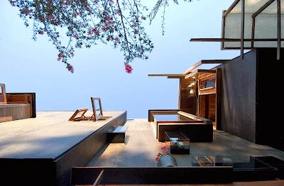Rumah Teduh Dengan Material Kayu Dan Tanaman Hijau 2
