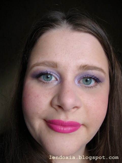 ljubičaste oči roze usne