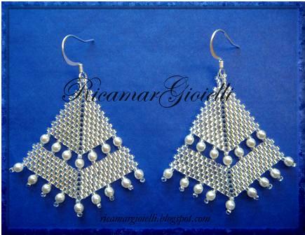 orecchini in peyote a punta di freccia e decorazioni con perle avorio