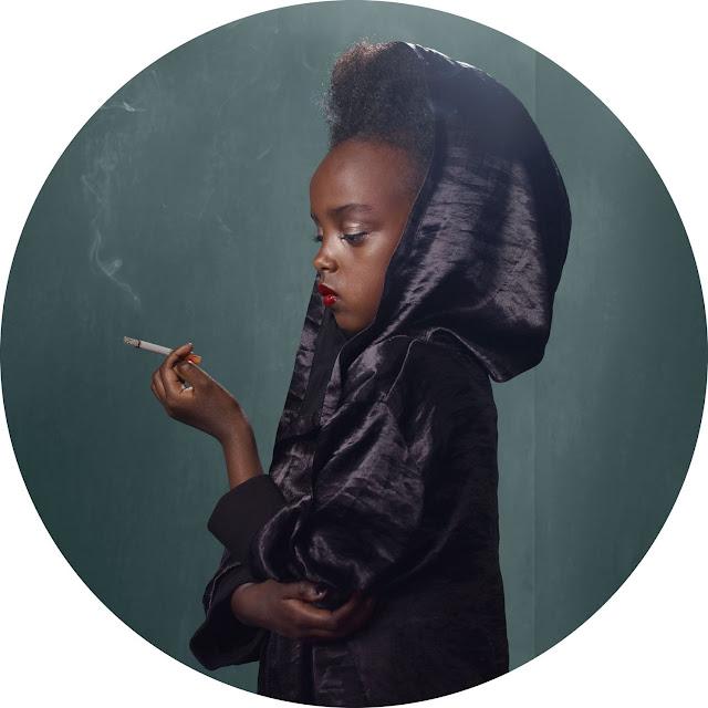 Frieke Janssen, Smoking Kids - Tænksom sort pige med rygende cigaret