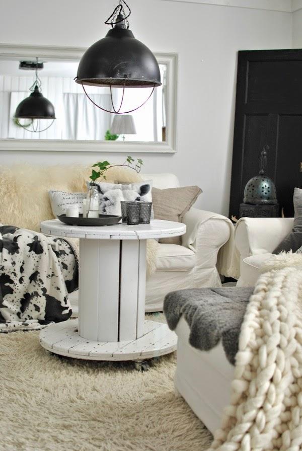 vardagsrum kabeltrumma grislampa grovstickad ullpläd vit soffa
