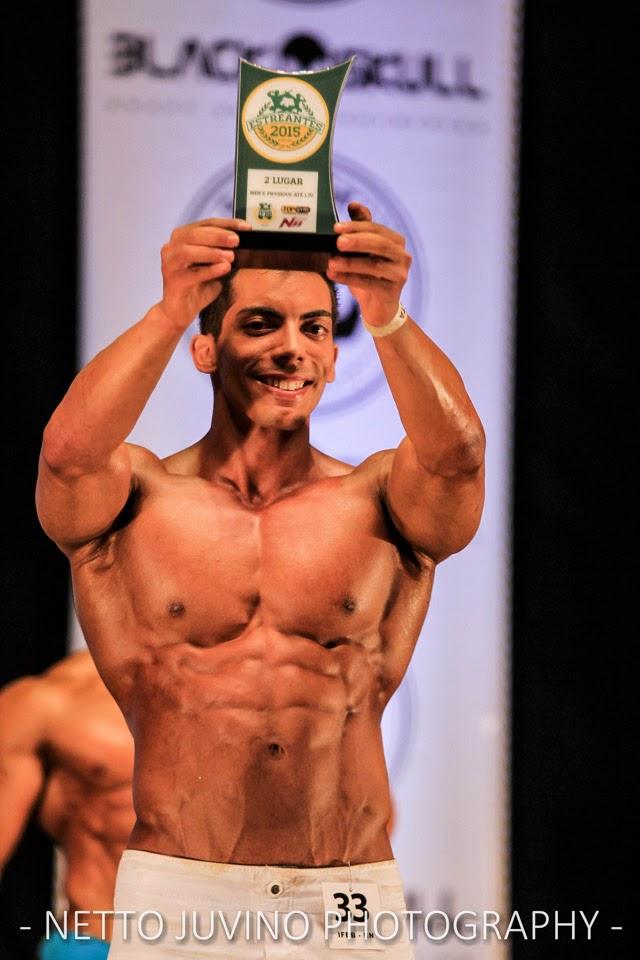 Gustavo Lucena exibe troféu de vice-campeão Men's Physique do Estreantes 2015 da IFBB-RN. Foto: Netto Juvino