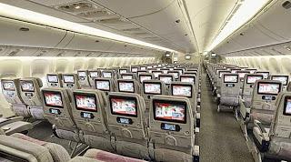 cabine de passageiros mostrando o sistema de entretenimento de bordo