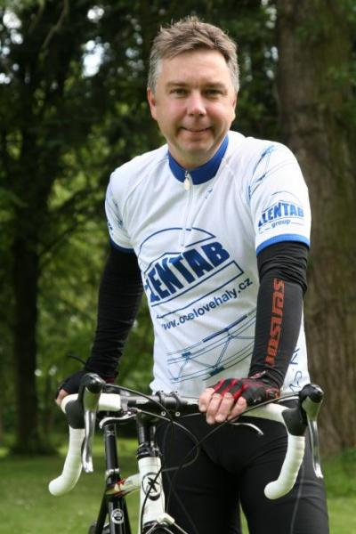 Martin Haertl v cyklo oblečení a s kolem