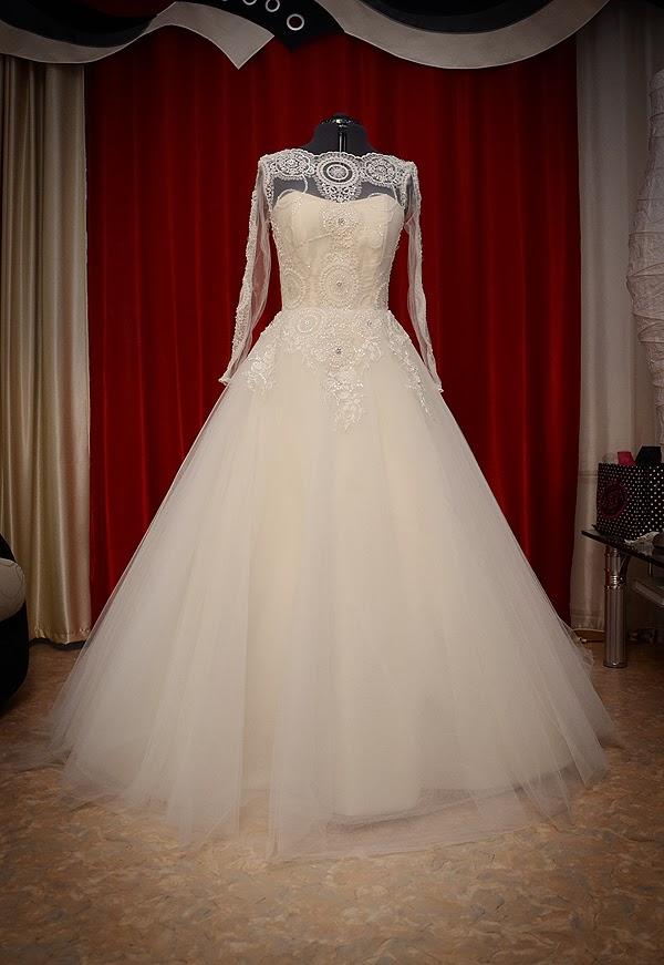 Пышное свадебное платье на манекене фото