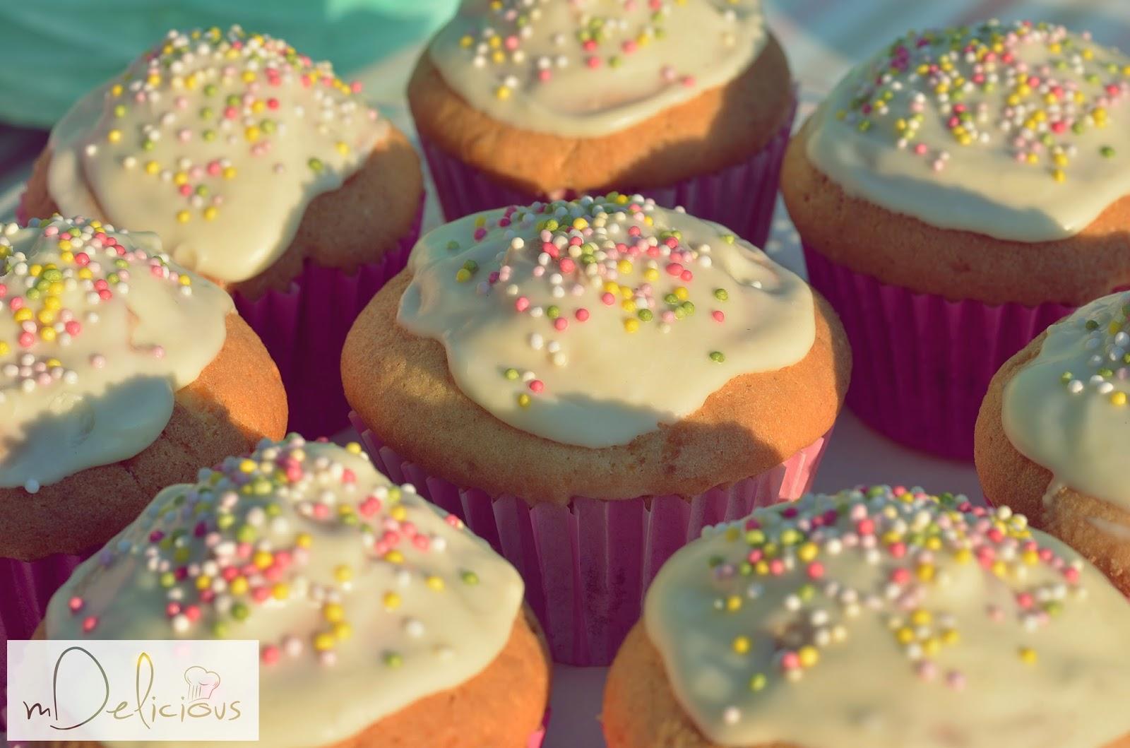 muffiny truskawkowe, muffinki z truskawkami, muffinki z czekoladą, babeczki z truskawkami, babeczki truskawkowe, muffinki przepis, babeczki przepisy