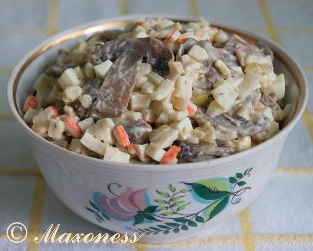 Салат из крабовых палочек с грибами и яйцами