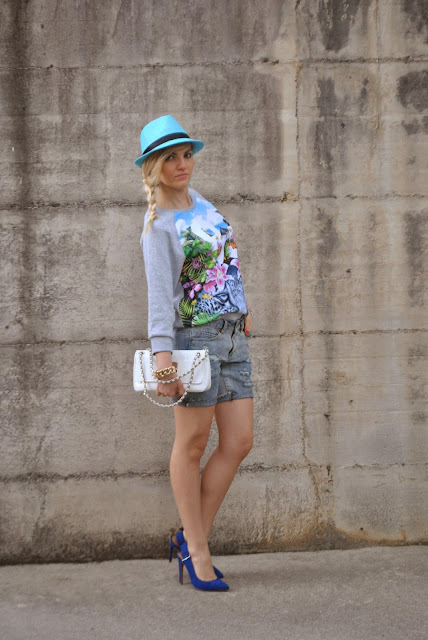 outfit sporty outfit scarpe blu come abbinare le scarpe blu shorts in denim abbinamenti shorts outfit felpa come abbinare felpa e shorts felpa stampa original marines borsa bianca mariafelicia magno fashion blogger colorblock by felym outfit primaverili casual outfit primaverili sporty outfit