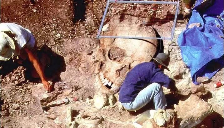 Στην Κίνα ανακάλυψαν απολιθωμένα ανθρώπινα αποτυπώματα με τεράστιο μέγεθος! απο γίγαντες!