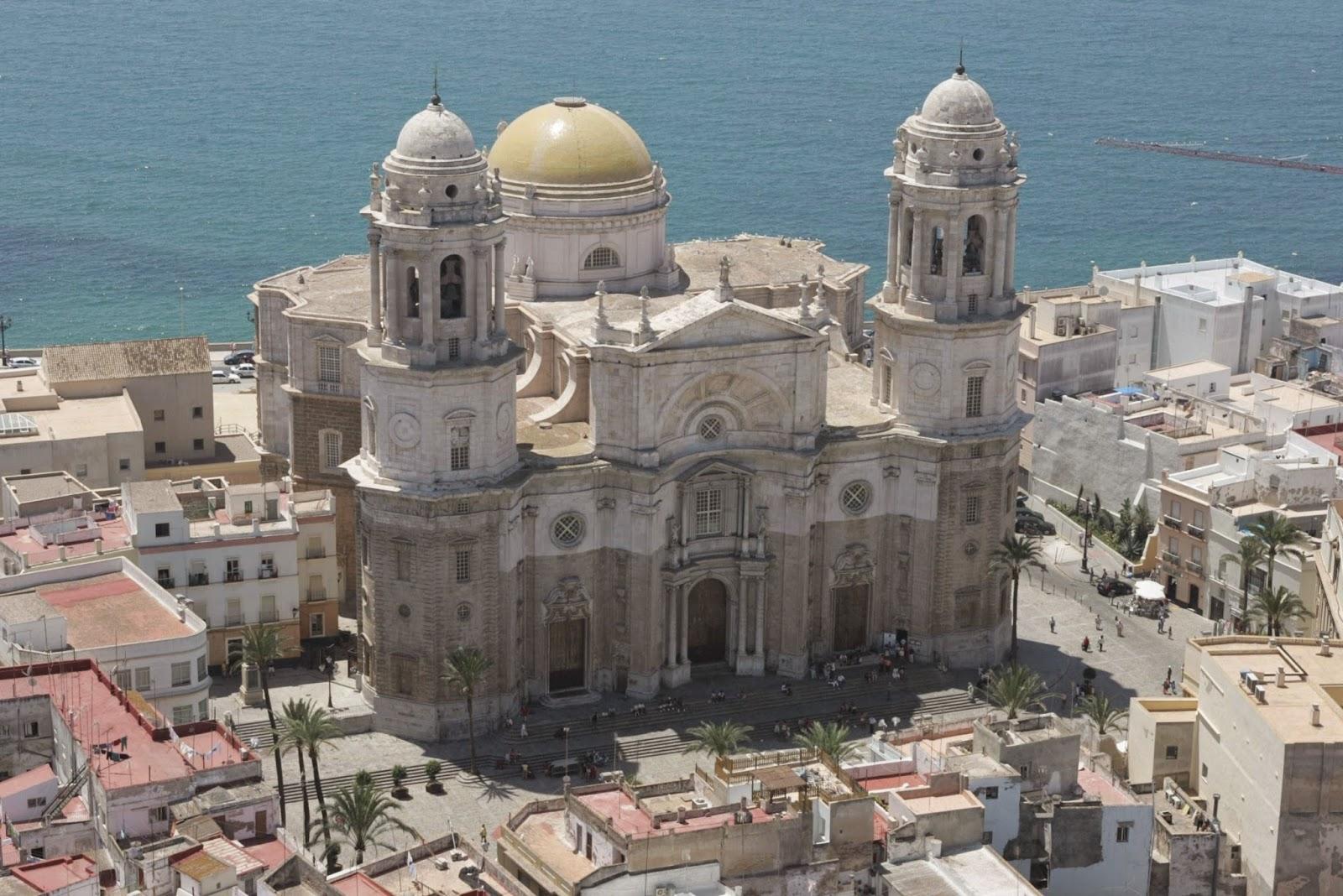 La catedral de Cádiz junto al mar