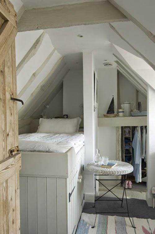 Ideas para espacios pequeños. Buhardilla con armario bajo la cama