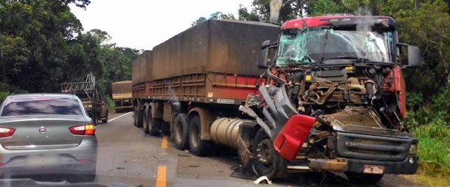 Luiziana: Caminhão bate na traseira de outro caminhão e interdita BR-487