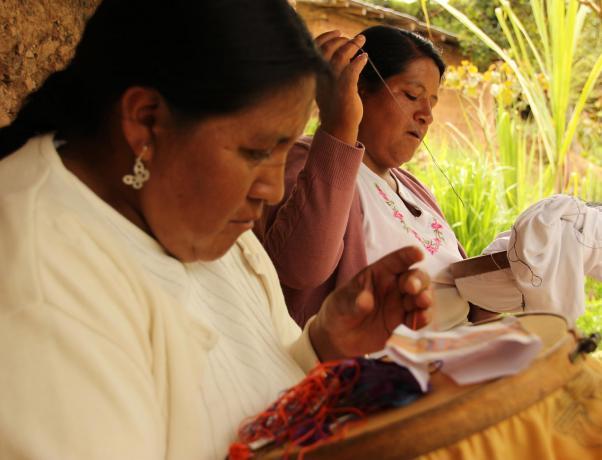Heroínas  Mujeres del Centro de Bordados de Cuenca (Ecuador) 87893c2c359