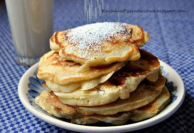 110. Bardzo puszyste pancakes z czerwonymi porzeczkami