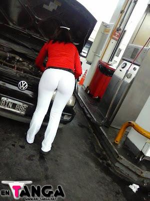 señora de facebook en calzas blancas