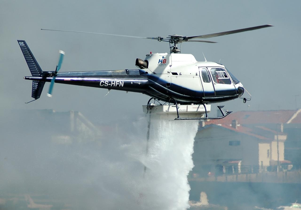 http://4.bp.blogspot.com/-Zce9miMVggk/T6ktAp4Qt8I/AAAAAAAAIEw/9rgr4x2_Dkw/s1600/aerospatiale_as350_ecuruil_waterbombing.jpg