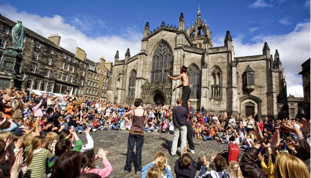 street performers at the edinburgh festival