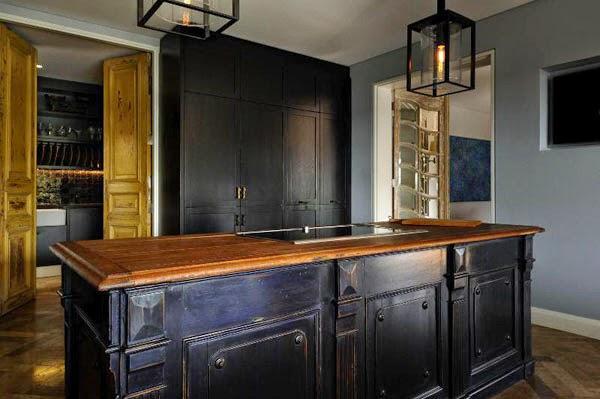 gran cocina negra y madera natural con isla patricia stewart