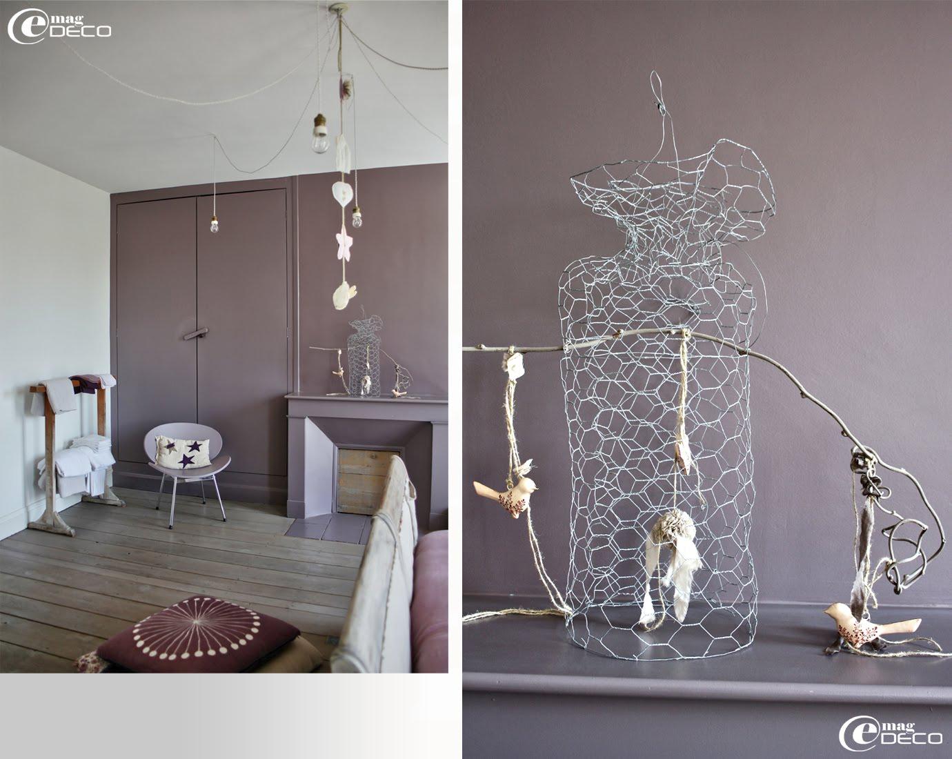Une cage en grillage de fil de fer, des oiseaux en tissu, une création Béatrice Loncle