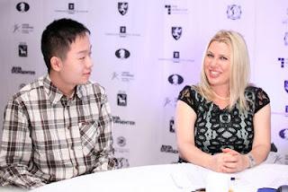 Le surdoué chinois de 14 ans Yi Wei interviewé par Susan Polgar à Tromsø 2013 © site officiel