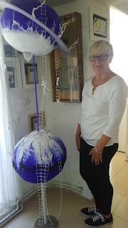 Gudrun con una de sus esculturas.