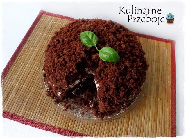 Ciasto kopiec kreta z wykrojonym kawałkiem