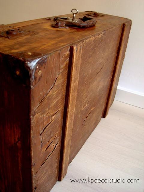 Equipaje antiguo de madera restaurado para decoración