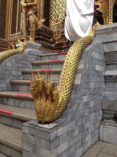 Serpiente con cinco cabezas humanas custodiando un templo