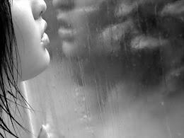 Porque hoy no ha parado de llover,  me duele la vida sin ti,  ven y abrázame.