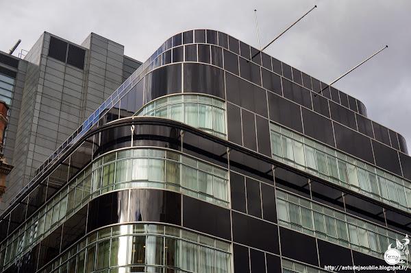Londres - Immeuble du Daily Express, Fleet Street  Architectes: Ellis and Clark  Ingénieur: Owen Williams  Construction: 1929 - 1932