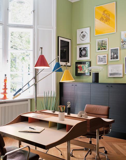 Büro der Berliner Kornfeld Galerie mit Home Desk Sekretär von George Nelson und Aluminium Group Drehsessel von Charles Eames, beides VITRA und Sinatra Stehleuchte von DELIGHTFULL aus dem AD Magazin