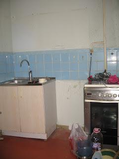 расчистка пространства, остались только мойка и плита