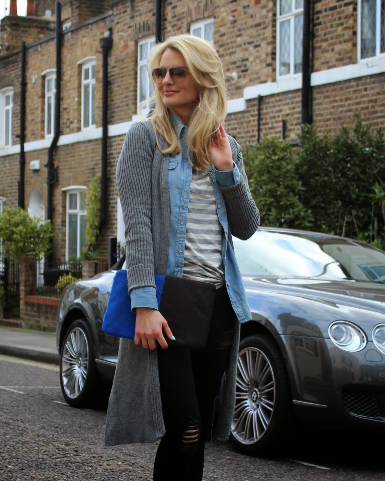 London street style, layered up look, long grey cardigan, lipsy cardigan, striped top. grey striped top, spring look, fruehlingslook, jeans shirt, chambary shirt, ripped jeans, gap jeans, black ripped jeans, pony hair clutch, large clutch, london blogger