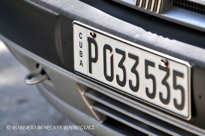 Vehículo con la nueva chapa circulando  en La Habana, Cuba