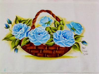 cesta com rosas azuis