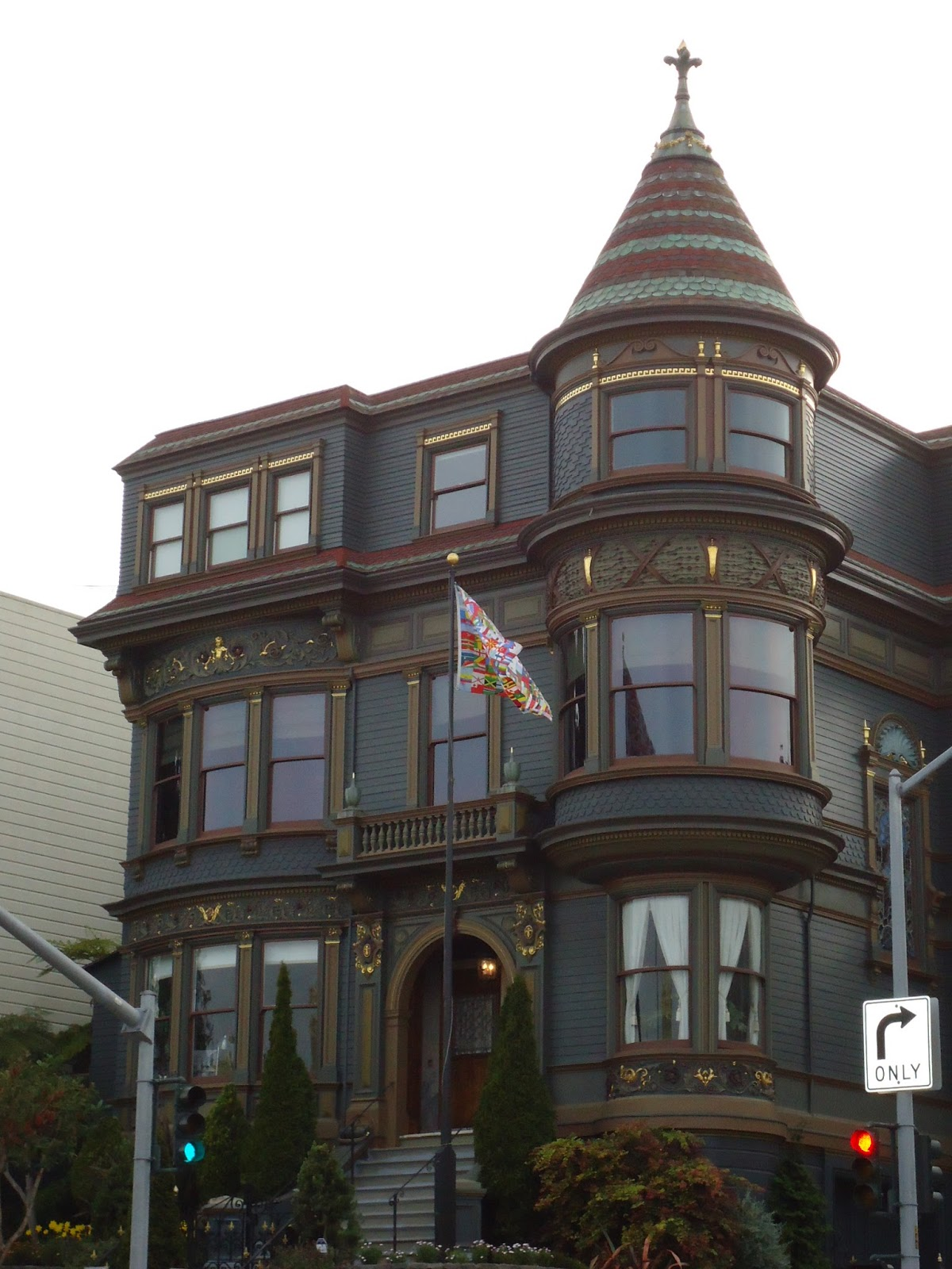 architecturalsf sf victorians part i while queen anne houses were often large and rambling they could also be quite small this home would be considered queen anne style because of the frilly
