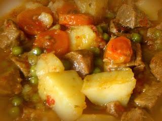 Estofado de carne con papas y arvejas