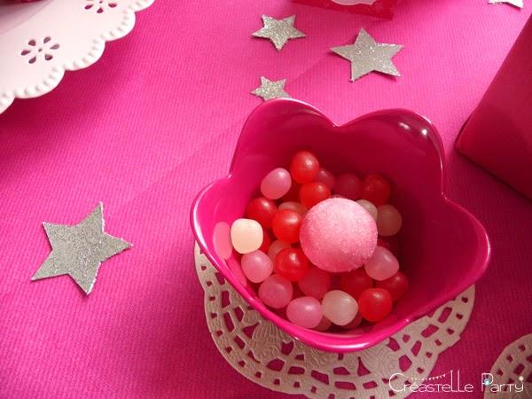 bonbons rose et étoiles argentés sur le buffet