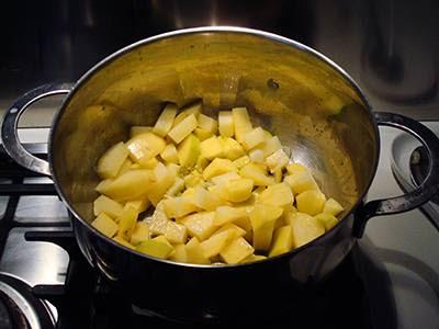 Crema di patate con funghi: unire le patate tagliate a tocchetti