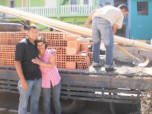 Alegria da moradora ao receber material de construção