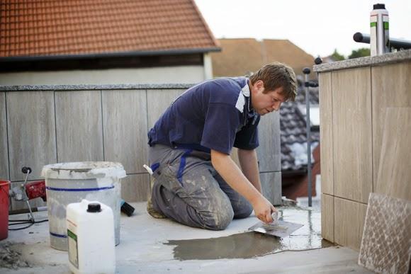 Homem colocando piso