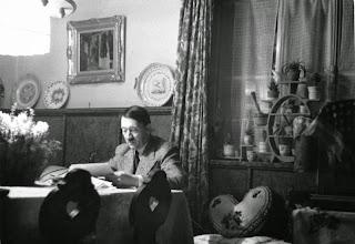 Heirich+hoffmann,+foto+de+hitler+en+su+hogar,+1936,+imagen+bundesarchiv,+bild+146-1973-034-42