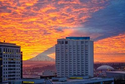 Bayangan Gunung ini Seperti Membelah Langit